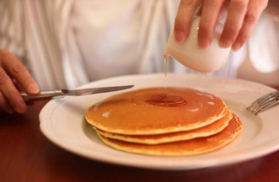 メープルシロップとホットケーキシロップの違いは?ホットケーキ以外の用途や原材料は?