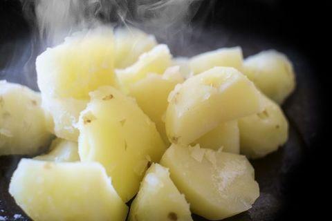 ポテトサラダのじゃがいもの種類や茹で時間は?皮はどうする?